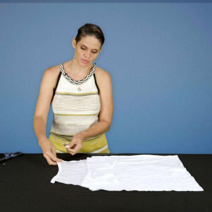 Convierte una camisa que te queda grande en un moderno top