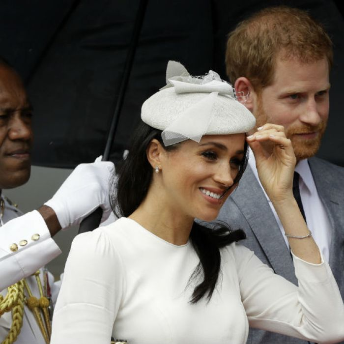 """El príncipe Harry y Meghan Markle reciben un prestigioso """"diente"""" ante miles de personas"""