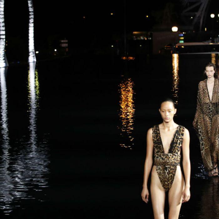 Modelos caminan sobre agua en el nuevo desfile de Yves Saint Laurent