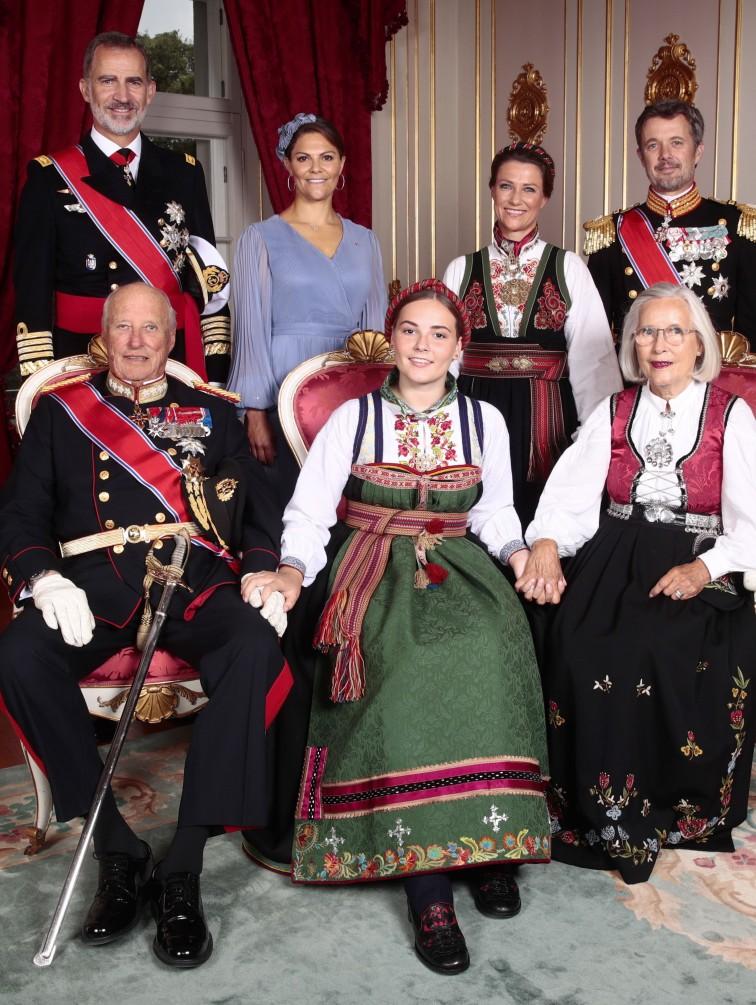 La princesa Ingrid Alexandra de Noruega, hija de los príncipes herederos Haakon y Mette-Marit, fue confirmada este sábado en la capilla del Palacio Real de Oslo ante representantes de varias casas reales europeas, entre ellos el rey Felipe VI de España. (EFE)